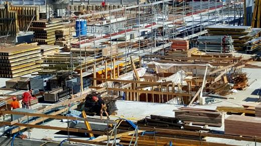 Eine grosse Baustelle mit Baugerüsten, Baumaterial etc.