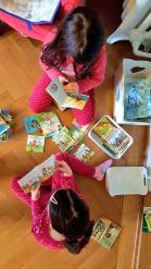 Die Zwillinge beim Lesen