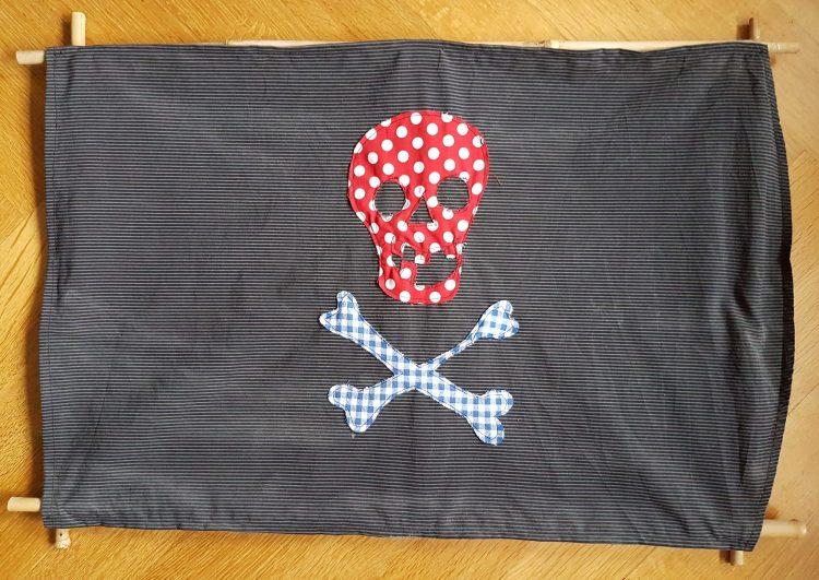 Eine farbige Piratenflagge, aufgezogen auf einen Bambusrahmen