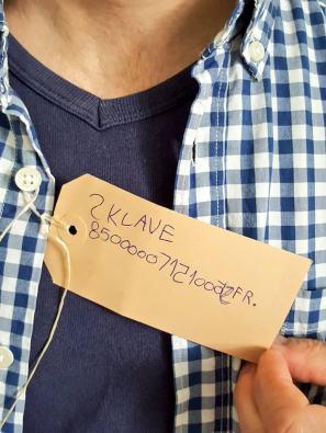 """Ich, am Hemd hängt ein Schild mit der Aufschrift """"Sklave"""""""
