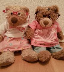 Zwei Teddybäre mit je einer Brille