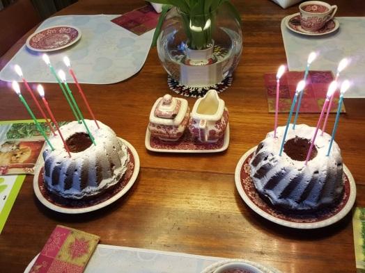Zwei Geburtstagskuchen mit Kerzen