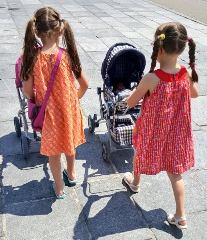 Die Zwillinge mit Puppen in Kinderwägen