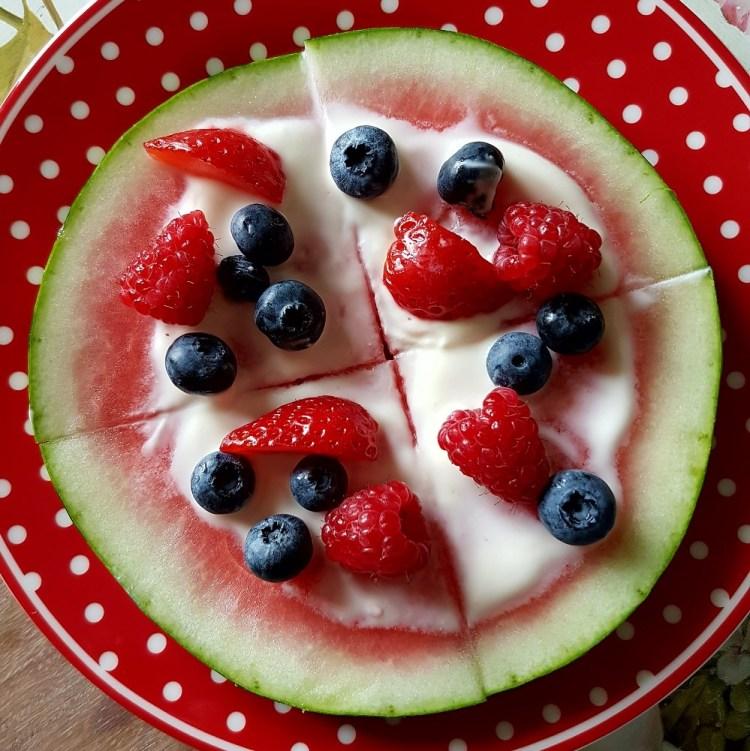 Eine mit Früchten belegte Wassermelonenscheibe