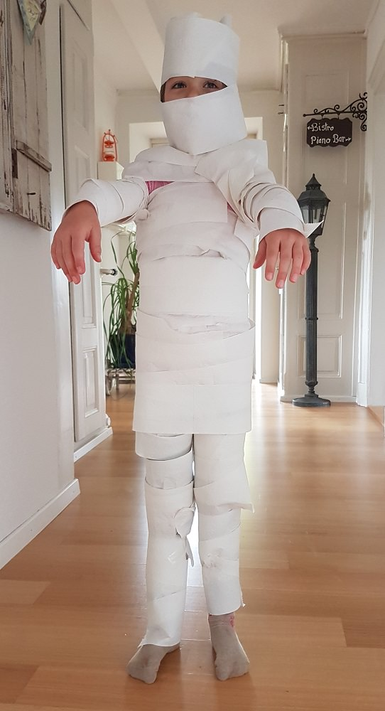 Meine Tochter, mit Klopapier zur Mumie gemacht
