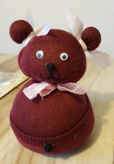 Der fertige, aus einem Socken gebastelter Teddy